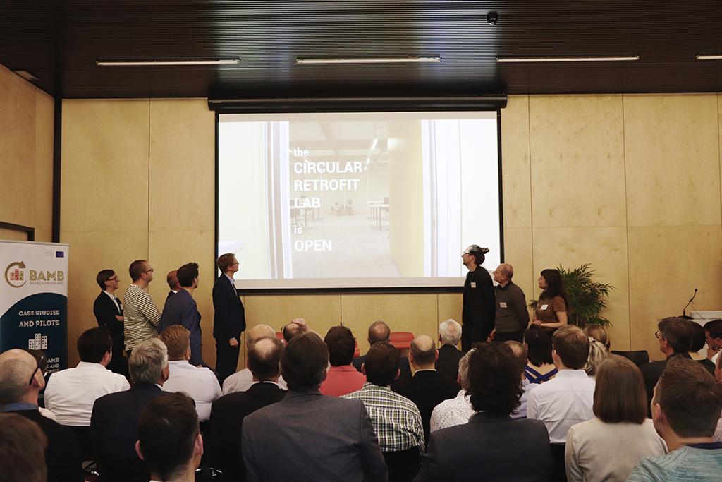 Het volledige onderzoeksteam stapte mee op het podium om met veel trots de deur van het Circular Retrofit Lab te openen.